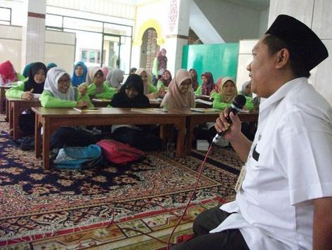 Hima Analis Kimia UII Gelar Pelatihan Dai Santri Al-Hikmah